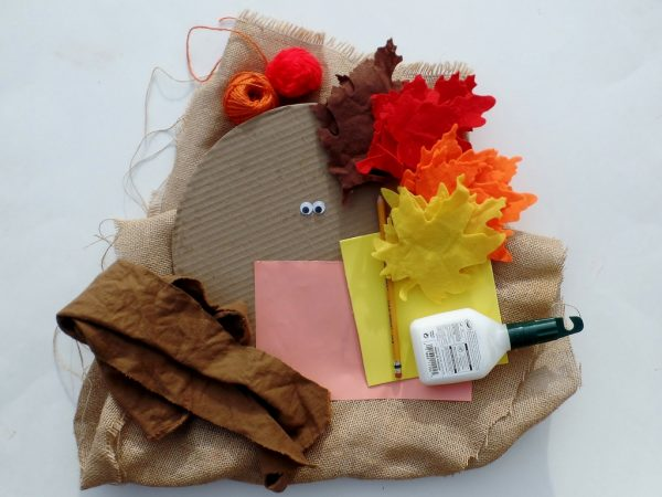 Simple Thanksgiving Turkey Banner - made with burlap and felt leaves. Thanksgiving door decoration. Turkey wreath.